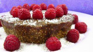 Torta crudista con lamponi e cacao